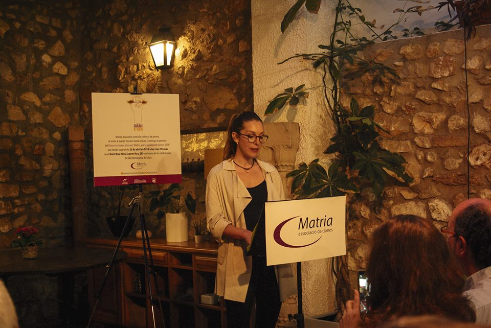 Maria Teresa Gavilà durante la lectura del relato ser Mar en la ceremonia de entrega de los premios del I Certamen Literario Matria 2018